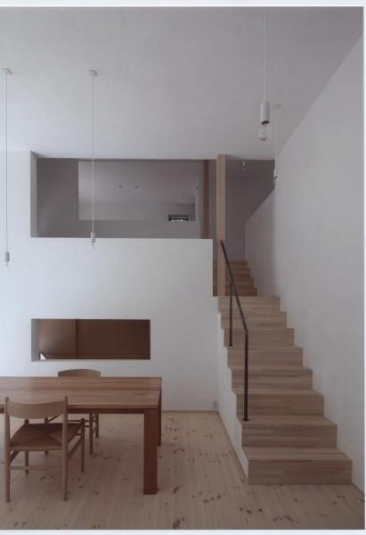 スキップフロアーをつなぐ階段。一直線に室内を貫く動線。