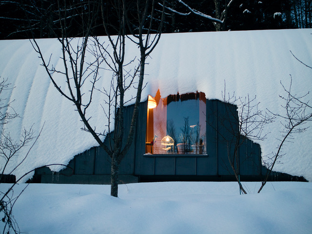 「朝の窓」黒い筒の家 2007 長野県富士見町