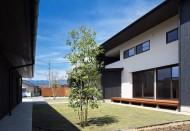 重なる軒の家