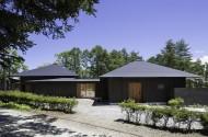 並ぶ方形の家