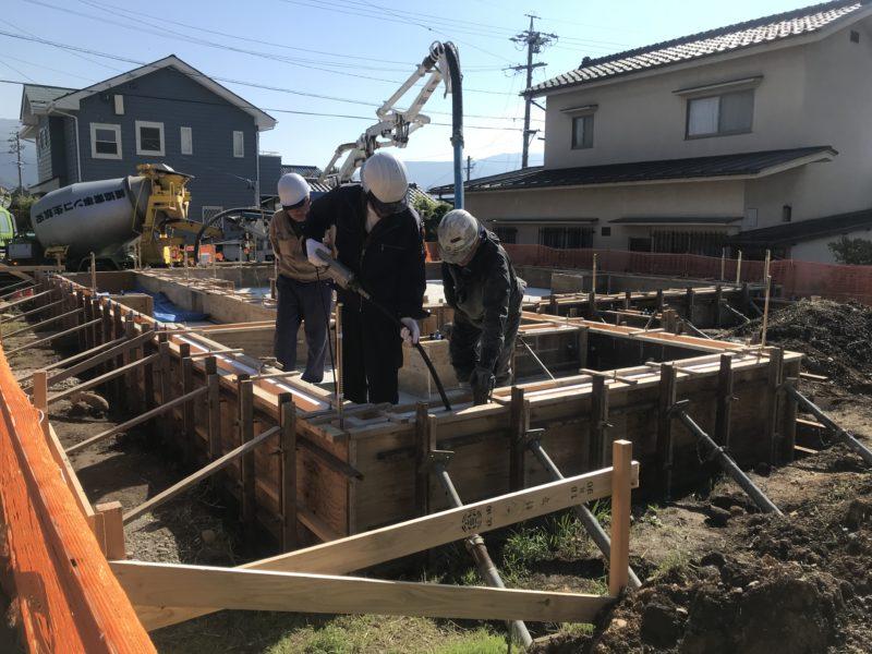 基礎のコンクリート打設 東西にひろがる家 松本市