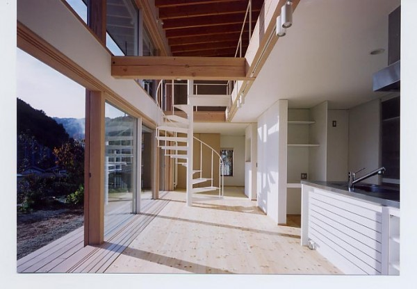 踏み板部分も真っ白な仕上げの螺旋階段。単一素材(鉄骨)で構成されています。