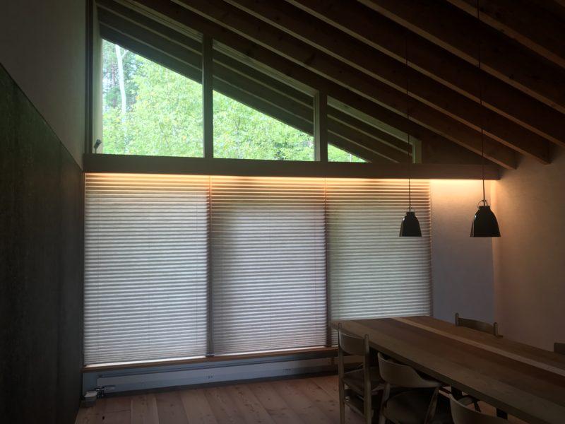 蓼科の別荘 プリーツスクリーンと間接照明