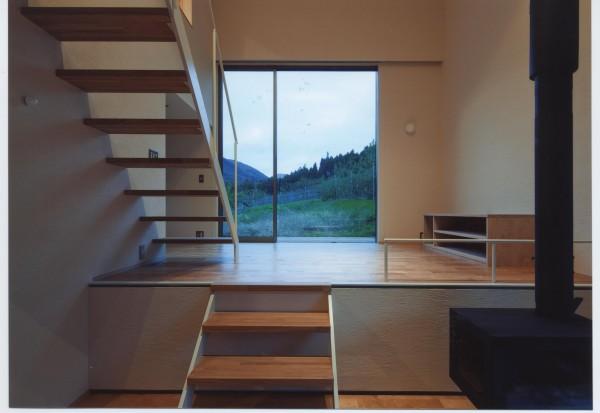 中間階のリビングにある階段は、できるだけ視線が抜けることを意識しました。