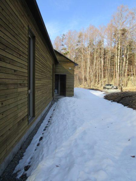 原村の別荘 北面には雪が残っています