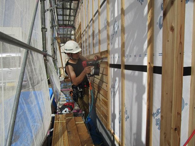 外壁左官塗り仕上げの下地となるガラ板張り