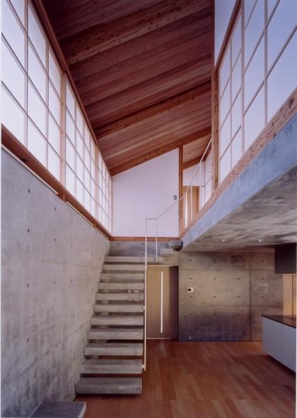 コンクリート打放し仕上げの階段は、壁から持ち出しています。同じく単一素材で。