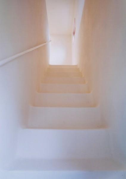 壁と床はしっくい塗りの左官仕上げ。かまくら(雪)の中にいるようなイメージの空間になりました。