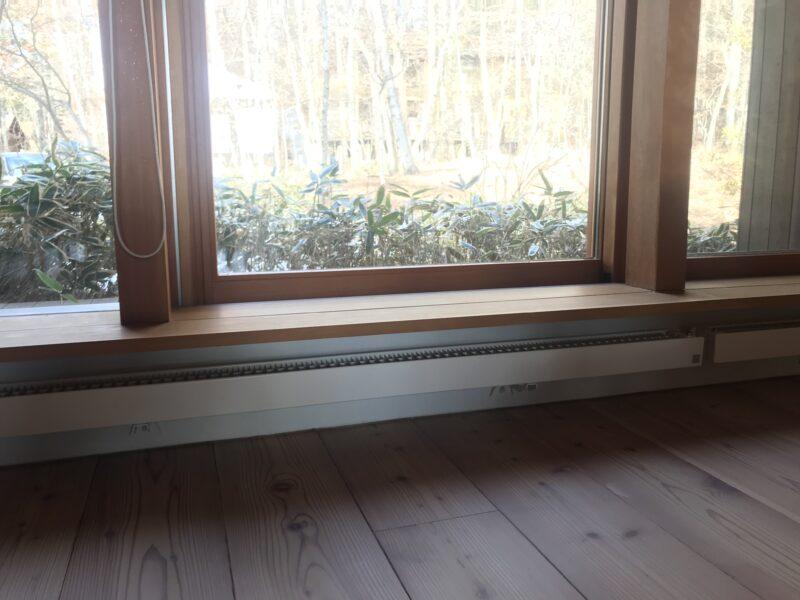窓辺のベンチと輻射暖房(パネルヒーター)