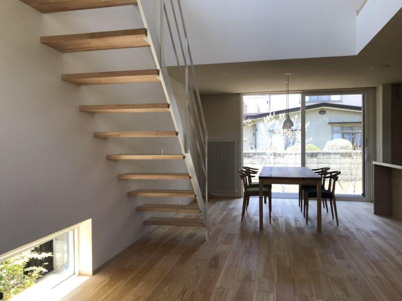 階段とダイニング 東西にひらく家 松本市