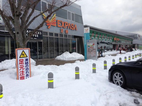 静岡県御殿場市の足柄サービスエリアも、かなりの雪